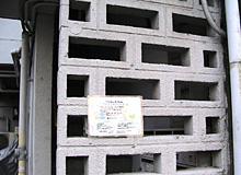 建物2階への階段入口