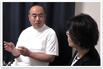 お客様の声:精神科医の原田先生は、まだ日本の精神科医療にはほとんど導入されていない、NLP(神経言語プログラミング)心理療法という技法に大変関心を持たれており、NLPのカウンセリング講座を通じて現在も親交を深めている先生の一人です。